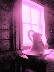 Rosa stilleben -|- Pink still life (erlingsi) Tags: pink windows stilllife window norway ventana fenster fat norwegen rosa stilleben janela oc scandinavia 6100 fentre bord volda fenetre norvege vinduer sunnmre vindu flaske noreg fnster mreogromsdal skandinavia oppstilling erlingsi seljebakken erlingsivertsen mugge prve fnster mre golddragon hauane nordvestlandet vindauge