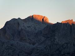 Amanecer en Torre Bermeja (jtsoft) Tags: mountains landscape olympus otoo len alpenglow picosdeeuropa e510 valden zd40150mm jtsoftorg