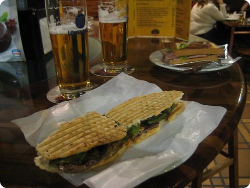 Foto de bocatas y cervezas en el FUK