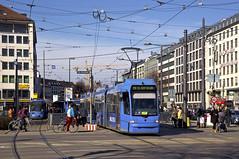 R3-Wagen 2213 verlässt die Haltestelle am Sendlinger Tor. Die Lichtsignalanlagen im Kreuzungsbereich sind bereits auf provisorischen Fundamenten angebracht, im April wird der Verkehrsfluss dann den nötigen Bauarbeiten am U-Bahnhof angepasst (Frederik Buchleitner) Tags: 2213 linie19 munich münchen r3wagen strasenbahn streetcar tram trambahn