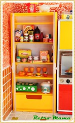 Nicca's groceries! (Retro Mama69) Tags: retro blythe 1960 orangeandyellow retromama kitchentoy retrotoykitchen kitchendiorama vintagetintoykitchen kitchenroombox fuchstoykitchen vintagefuchstoy rementsminiature miniaturetoykitchen niccaskitchen grooviekitchen amscoapartmentfurniture amscodinnette