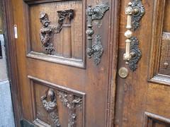 Une belle porte avec plein de métiers sculptés dedans