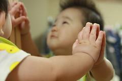 手と手を合わせて