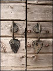 alte Türgriffe (sulamith.sallmann) Tags: friedhof detail wooden estonia details silence keyhole 2008 holz doorhandle estland stille keila griffe ruhe türgriff hölzern schlüsselloch sulamithsallmann fu0