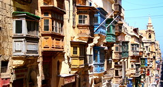 Vicolo di Valletta - Valletta's alley (Sysy *) Tags: road canon alley holidays malta 2008 vicolo veduta vacanza valletta balconi maltagozo sysy81 400d canoneos400d 25042008