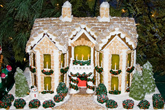 BX816 Gingerbread House (listentoreason) Tags: christmas food usa holiday america canon dessert unitedstates pennsylvania favorites places event gingerbreadhouse peddlersvillage ef28135mmf3556isusm score30