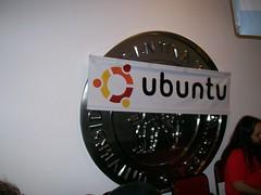cartel de ubunto sobre escudo de la UADE
