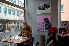 Working at a caf (Esther Kluth) Tags: art caf 1025fav 510fav work germany deutschland kunst alemania mann fabulous allemagne bilder germania alemanha ausstellung esslingen duitsland arbeiten rossa testa badenwrttemberg badenwuerttemberg gemlde 10faves pentaxk10d schlffel schloeffel kunstkomplott thebestpicturegallery copyrightestherkluth estherkluth