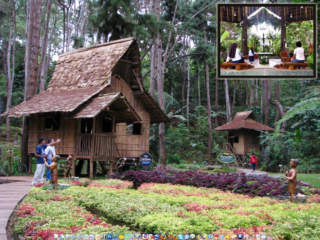 Rumah sederhana untuk beristirahat, ada kapel kecil terbuka nan indah