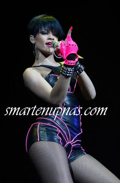 rihanna glow in the dark tour