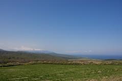 狩場山と高原風景