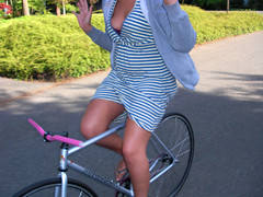 Jessica (T. VOLK) Tags: girl bike jessica sunny fixedgear bikeride nohands girlonfixedgear girlfixie