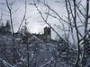 Scorgendo il Castello di Castel San Niccolò tra le fronde innevate