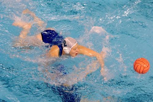 AL défend, l'attaquante est sous l'eau