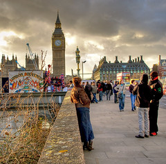 Watching London (Vesuviano - Nicola De Pisapia) Tags: street uk people bus london souvenirs big ben watching parliament bigben londra enjoying soe streetshot observing mywinners abigfave vesuviano