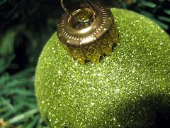 Pallina di Natale (ilpiubello) Tags: christmas xmas detail macro verde green canon holidays dof details decoration depthoffield dettagli festa natale primopiano palle closer decorazioni feste dettaglio palline addobbi festività