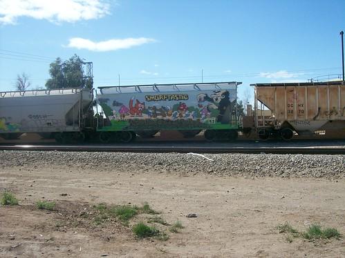 Grafitti de los pitufos en vagón de tren carguero (1)