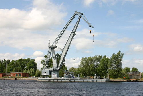Deutsche Marine: Schwimmkran Klasse 711 FGS Y 876 GRIEP des Marinearsenals Wilhelmshaven im Ausrüstungshafen