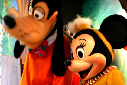 Disneyfiguren im Sequoia Lodge