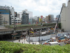Un train de la ligne Yamanote dans le quartier de Ueno
