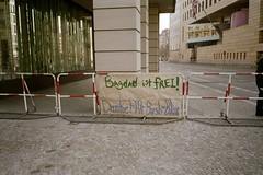British Embassy Berlin (Learcollonia) Tags: 2003 berlin germany deutschland bush blair bagdad britishembassy frei danke botschaft