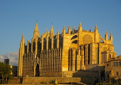 La catedral a la sortida de sol / The cathedral at dawn (SBA73) Tags: light luz yellow temple cathedral dom gothic catedral amarillo duomo mallorca templo groc pasoscatalans llum palmademallorca balears illesbalears gtic espectacular gtico sesilles mywinners anawesomeshot superbmasterpiece diamondclassphotographer