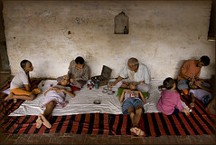 Familly affair (Elishams) Tags: portrait india kids children child indian traditional culture makeup varanasi worker benares northindia uttarpradesh mtier ramnagar ramlila indedunord svarup
