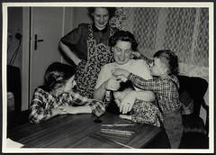 Archiv K838 Öhrchen ziehen wegen Schummelns, 1960er (Hans-Michael Tappen) Tags: archivhansmichaeltappen wohnstube gardine schürze kinder children frauen mikado geschicklichkeitsspiel spiel likörglas türklinke zimmertisch tisch 1960s 1960er