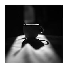 La taza de Café y la Sombra Magica... (19/02/2017) (protsalke) Tags: cup monochrome lights shadows bw blancoynegro manuallens 50mmaisf12 coffe cafe luces sombras contraluz nikkorais blackwhite light luz café