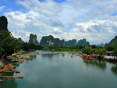 Countryside near Yangshuo, China (fam_nordstrom) Tags: china mountain verde green water berg rio clouds river barcos yangshuo nubes montaa vatten kina 2007 moln grn flod btar bambooboats aguaboats bambubtar barcosdebambu
