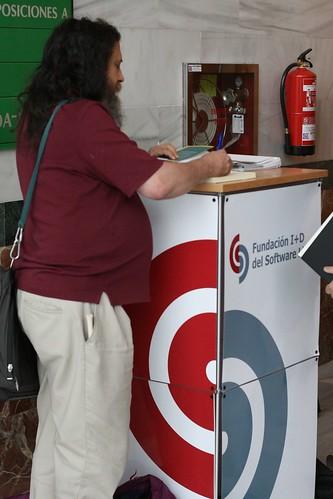 Stallman firmando su libro en el maravilloso atril de la Fundación I+D del Software Libre