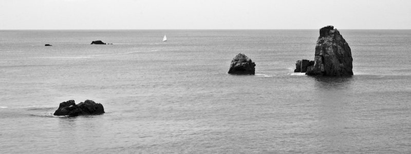 Bateau voguant entre les rochers