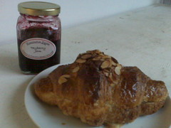 tartine croissant and jam