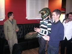 Jugando al PES con el casco del Jefe Maestro
