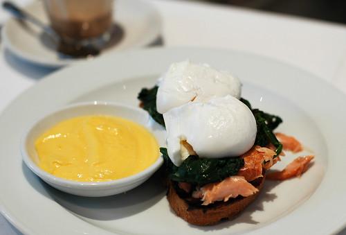 Huevos pochados con salmón ahumado y salsa holandesa