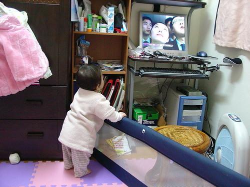 20060102 01.自已扶著看電視