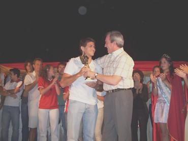 Matías bendazzi recibe de manos del Int. Lic. Cóser el premio -Hernando Pujío 2007-