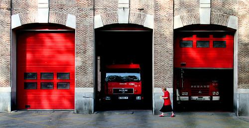 La mujer de rojo, de Guillermo Luijk