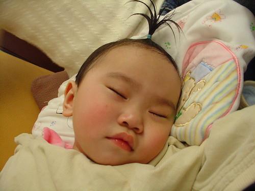 20070204 綁著辨子睡覺的小夏皮