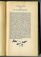 Charlie Chaplin signs... (Peter Denton) Tags: buch boek libro books hollywood moviestar bok fountainpen keystone livro bog livre ua autographs silverscreen charliechaplin unitedartists autobiography penguinbooks charleschaplin kirja filmstars silentmovies llyfr silentfilms knjiga hollywoodlegends raamat signedbooks kniha movielegends penguinbooks2550