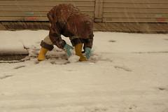 雪だるまつくるからね! / He makes a snowman