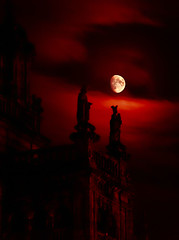 Compos, bloody Compos (Isidr Cea) Tags: red moon night noche rojo cathedral catedral luna santiagodecompostela compostela cs4 catedraldesantiagodecompostela olympuse520
