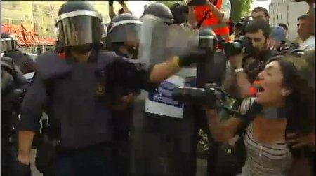 11e27 Los Mozos escuadra desalojan Plaza Cataluña