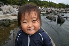 海の公園で笑顔