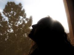 太陽を見上げる女性