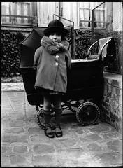 [Modifie] Petite fille et son landau (my great grandfather) Tags: old blackandwhite noiretblanc babycarriage 1927 landau vieillephoto petitefille glatinobromuredargent