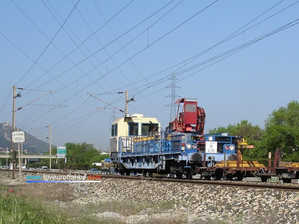Une draisine DU 94 de la Région SNCF de Marseille pousse deux wagonnets aux environs de La Penne-sur-Huveaune.