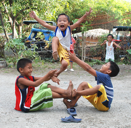 luksong baka,  a traditional street children's game Philippines Buhay Pinoy  Filipino Pilipino  people pictures photos life Philippinen  jumping