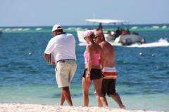 Couple (plus salesman) walking at Punta Cana 2 (Ricardo Carreon) Tags: people woman men praia beach girl couple gente pareja dominicanrepublic dr candid playa bikini trio swimsuit rd puntacana biquini