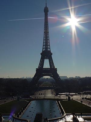 la tour eiffel dans le soleil.jpg